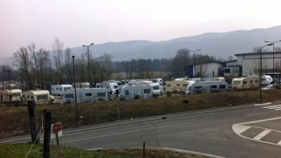 Campement sur la parking public au-dessus de la grande suface.