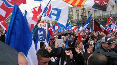 La foule acclame Marine Le Pen.